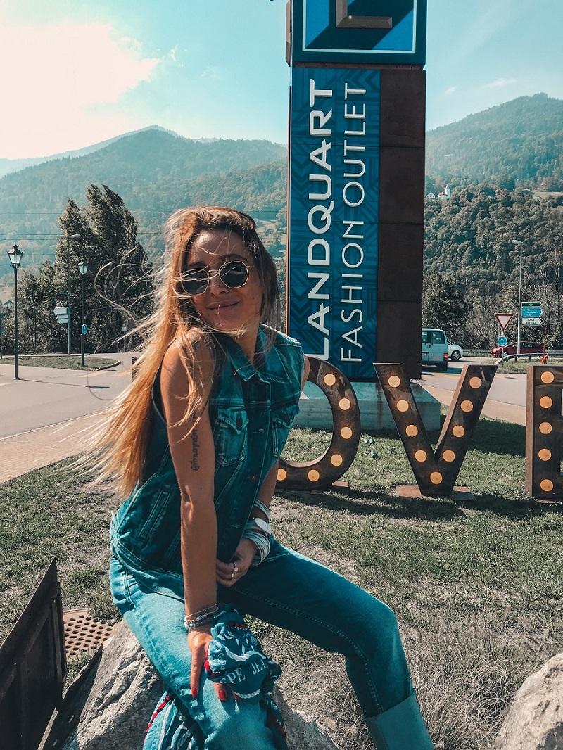 Blogger Nissi Mendes aus der Schweiz in einem Denim Look